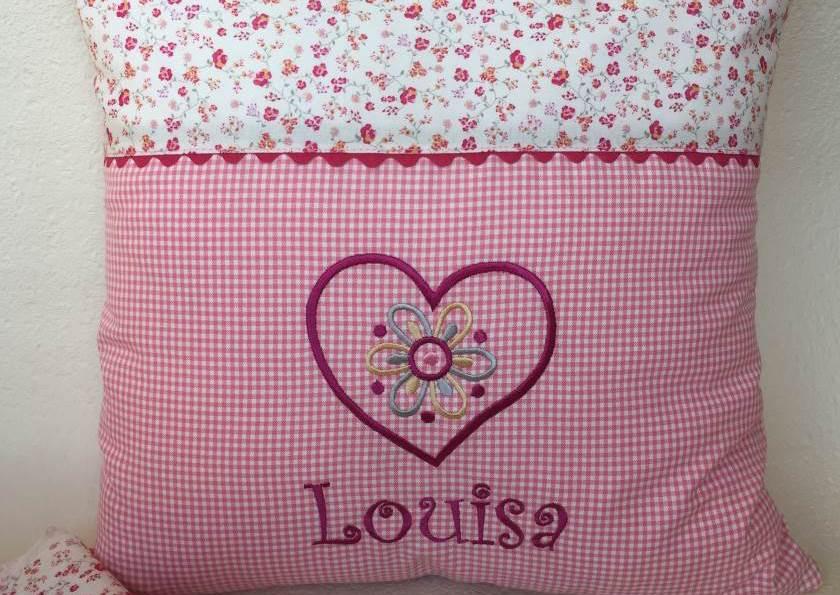 Kuschelkissen genäht,  mit dem Namen Louisa und einer  Herzstickerei